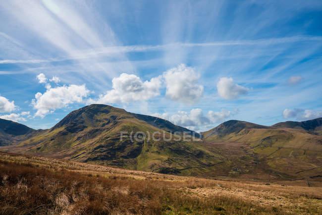 Vista de majestuosas montañas se extienden en las nubes - foto de stock