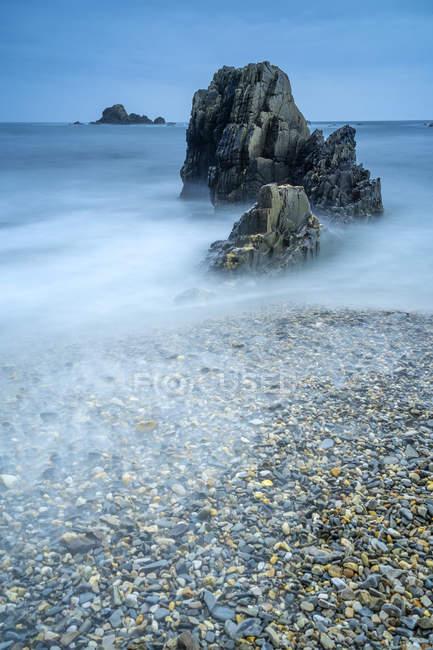 Landscape of Playa de Gueirua seashore with rocks on foggy day at Asturias, Spain — Stock Photo