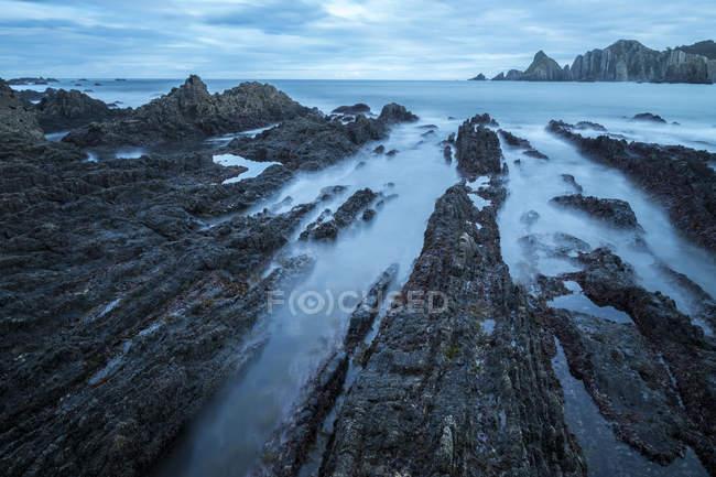Seascape of Playa de Gueirua beach with rocks on misty day at Asturias, Spain — Stock Photo