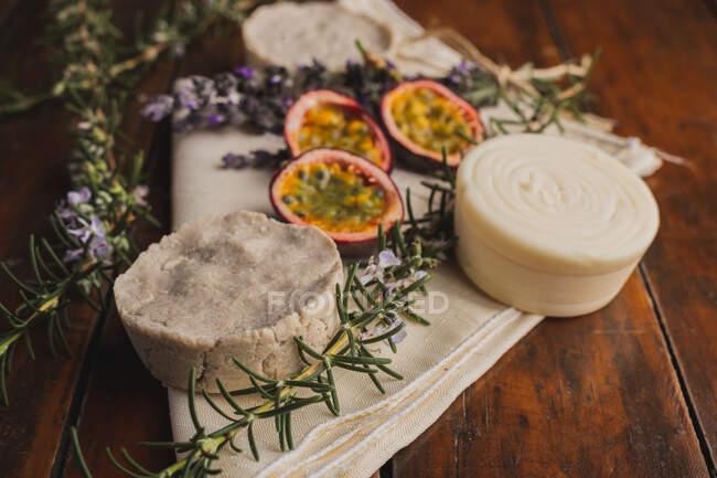 Jabones naturales sobre la mesa - foto de stock