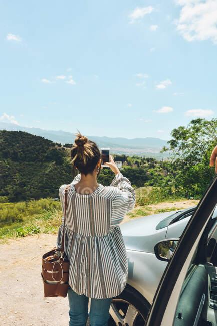 Друзі насолоджувалися розмовою за межами машини. Вони розмовляють і розважаються в туристичному місці. — стокове фото