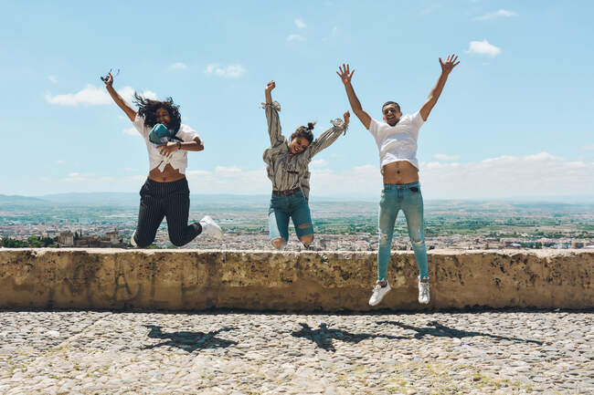 Group of friends doing tourism in Spain and contemplating the panoramic views of the Alhambra in Granada — Stock Photo