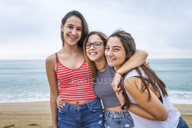 Group of young female friends having fun on the beach — Stock Photo