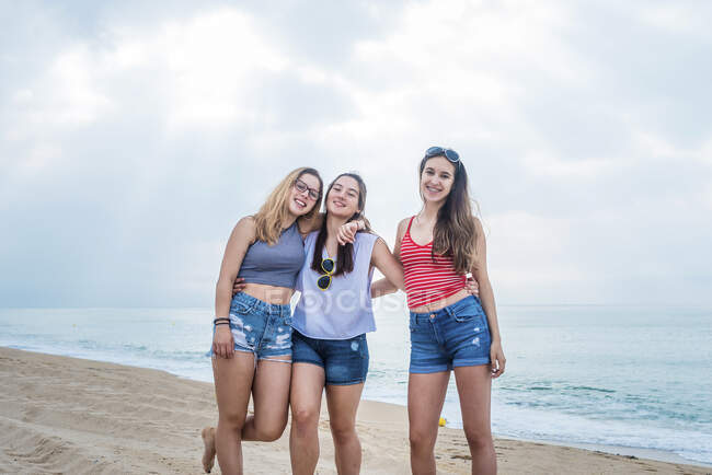 Группа подруг развлекается на пляже — стоковое фото