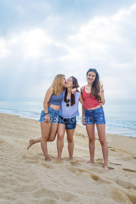 Group of female friends having fun on the beach — Stock Photo