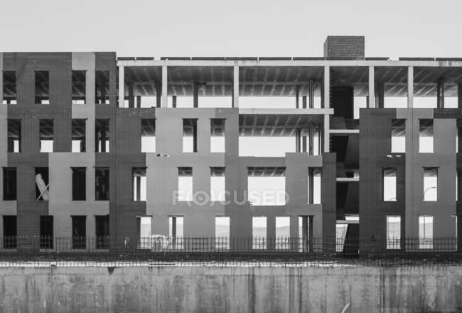 Незавершене будівництво майданчика з споруджена бетонним каркасом будівлі — стокове фото