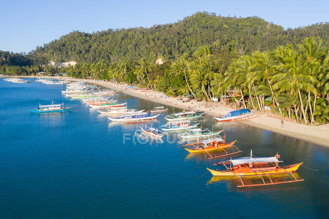 Picturesque view of tropical beach with moored boats at on background of jungles — Stock Photo