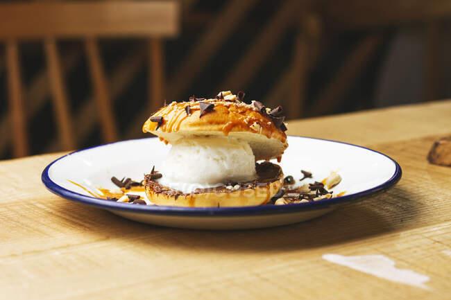Смачний солодкий бургер з шоколадною крихтою і горіхами. — стокове фото