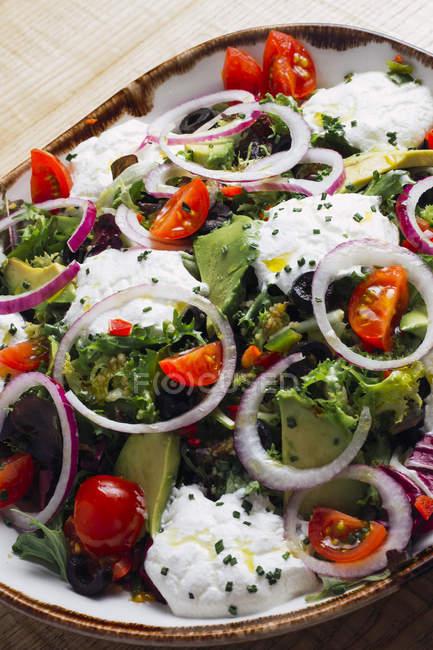 Овочевий салат з цибулевими зеленню і вершковим соусом — стокове фото