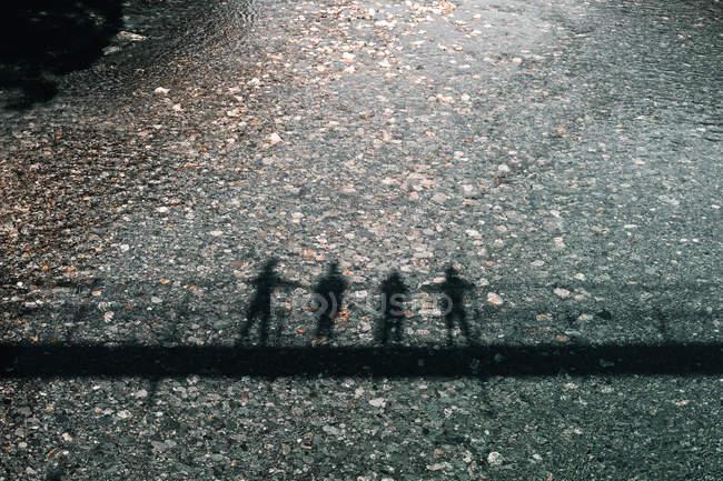 Dall'alto le sagome di ombra scure della gente su ponte che riflette in acqua cristallina nel Lago di Wanaka Lago Hawea Nuova Zelanda — Foto stock