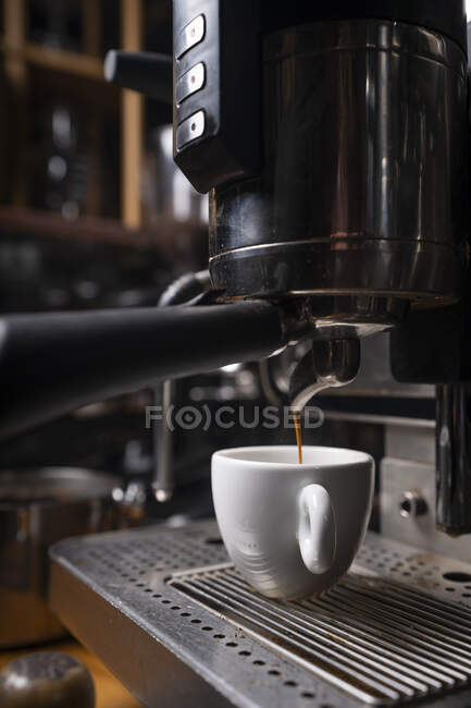 Бариста готує каву за допомогою виробника кави. — стокове фото
