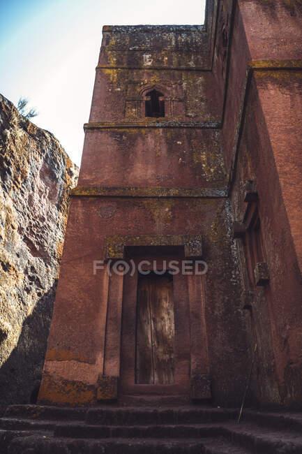 Una de las iglesias excavadas en Lalibela, Etiopía - foto de stock