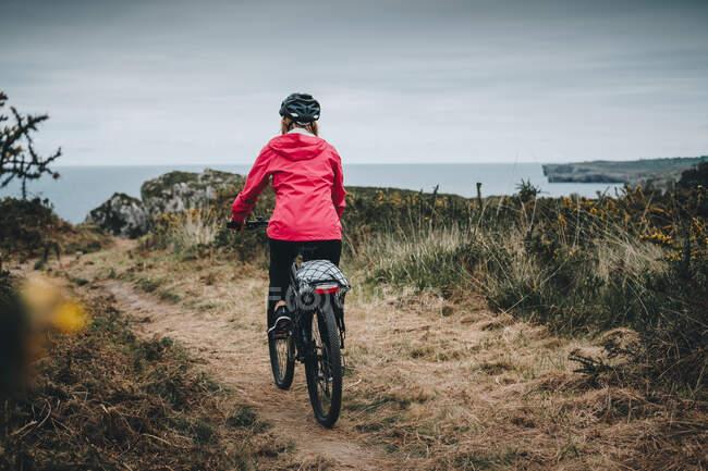 Female riding mountain bike — Stock Photo