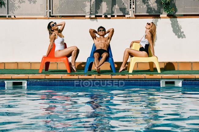 Due giovani donne e un uomo in una soleggiata giornata estiva — Foto stock