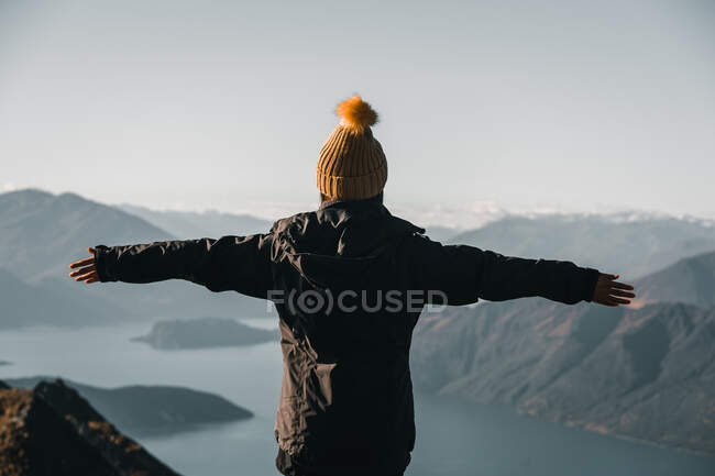 Woman with hands apart against mountain valley — Stock Photo