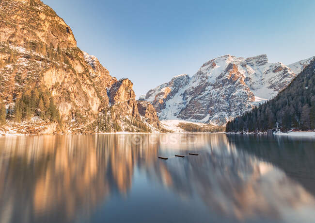 Breathtaking landscape with magical reflection of rocky mountains in crystal lake water in bright sunny day — Stock Photo