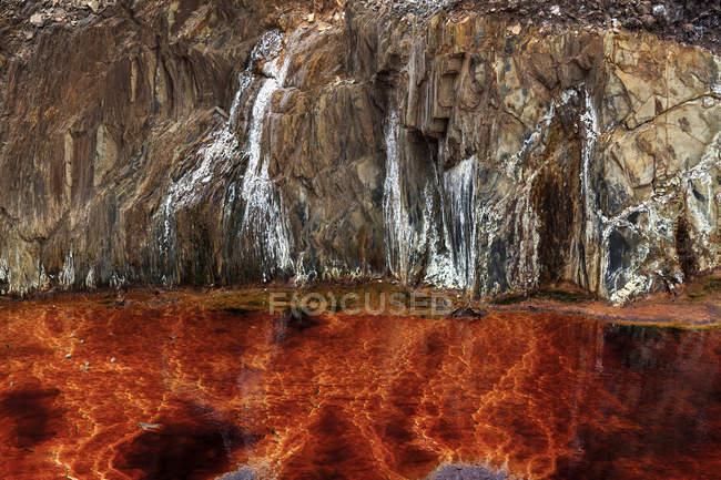 Flussi arancioni e transizioni sulla roccia nelle miniere di Riotinto, Huelva — Foto stock