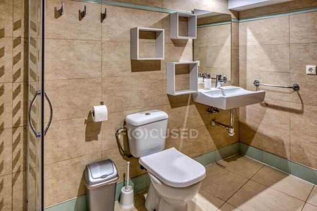 Interior do banheiro no estilo simples moderno com cabine e toalete do chuveiro — Fotografia de Stock