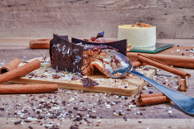 Servido deliciosa sobremesa de chocolate com canela em tábua de madeira com colher — Fotografia de Stock