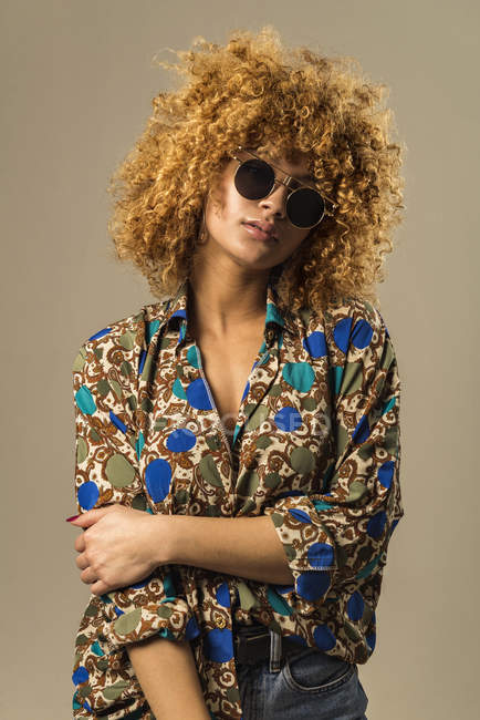 Portrait of attractive retro woman with curly hair in stylish sunglasses — Stock Photo