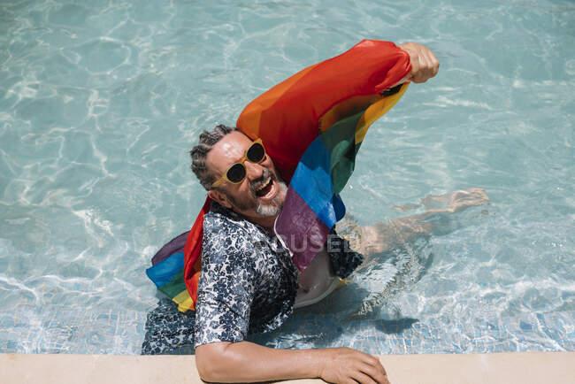 Aufgeregt schwul im Schwimmbad — Stockfoto