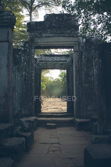 Перспектива зору через Кам'яні Ворота зеленого саду на території стародавнього храму в Таїланді — стокове фото