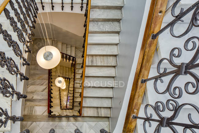 Стильные лестницы, украшенные мраморными и коваными железными перилами — стоковое фото