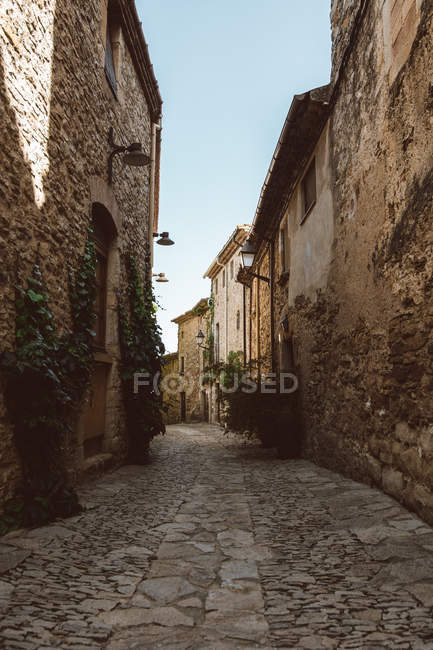 Estrecha calle de piedra en pueblo medieval en España, Europa - foto de stock