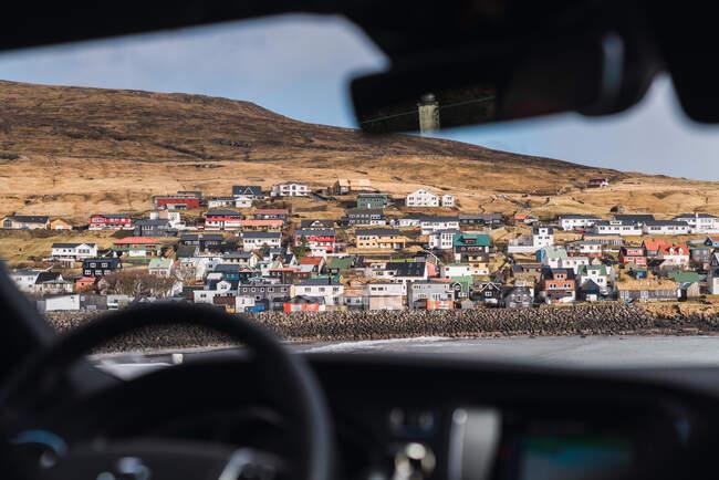 Desde la vista de un pequeño pueblo colorido en las Islas Feroe - foto de stock