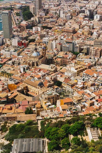Краєвид з Дронів на краєвид численних будинків і хмарочосів у Іспанії. — стокове фото