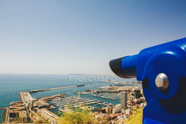 Desde arriba sorprendentes artículos de color turquesa y numerosos barcos y edificios a orillas del mar en Alicante España - foto de stock