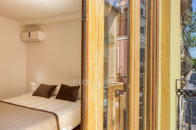 Interno di camera da letto vuota in stile moderno con grande balcone alla luce del giorno — Foto stock
