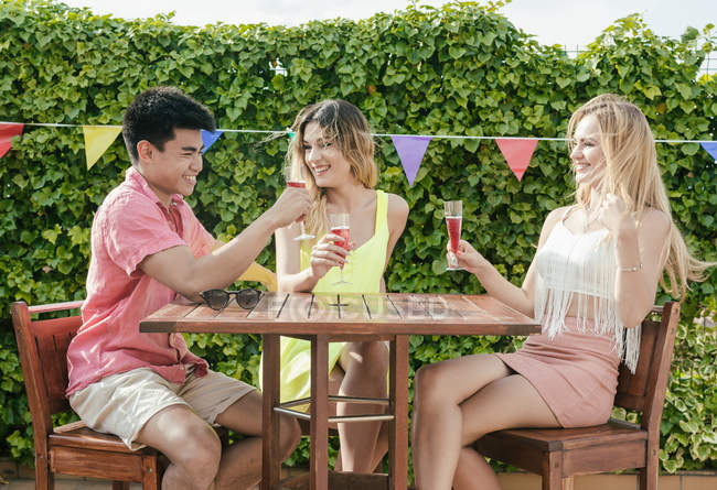 Gruppo di amici che bevono sangria sulla terrazza di un bar in una giornata di sole — Foto stock