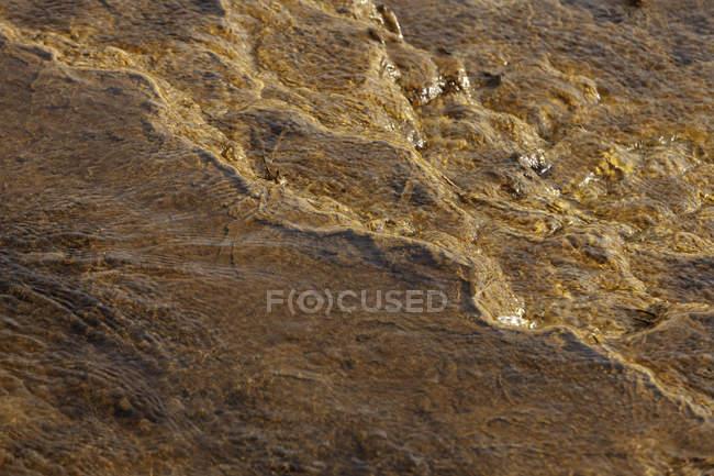 Desde arriba se pueden apreciar hermosos arroyos naranjos y transiciones sobre rocas en las minas de Riotinto Huelva. - foto de stock