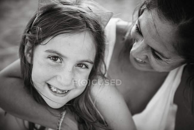 Чорно-білий вид дорослої жінки, яка з любов