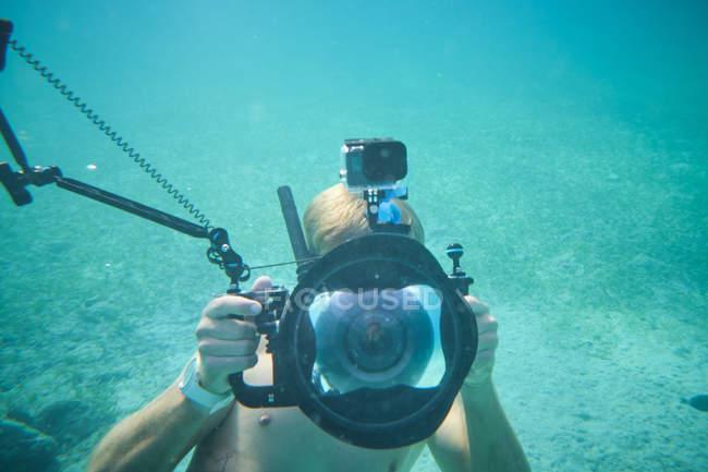 Водолаз на бірюзові глибини під чистою водою — стокове фото