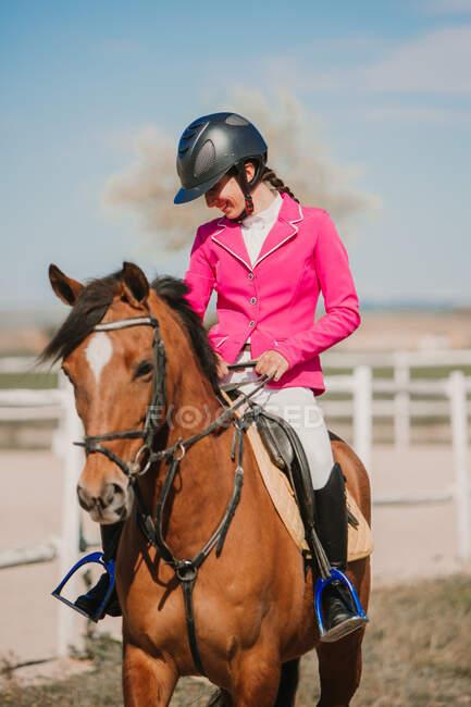 Крупный план подросткового жокея на лошадях на ипподроме в солнечный день — стоковое фото