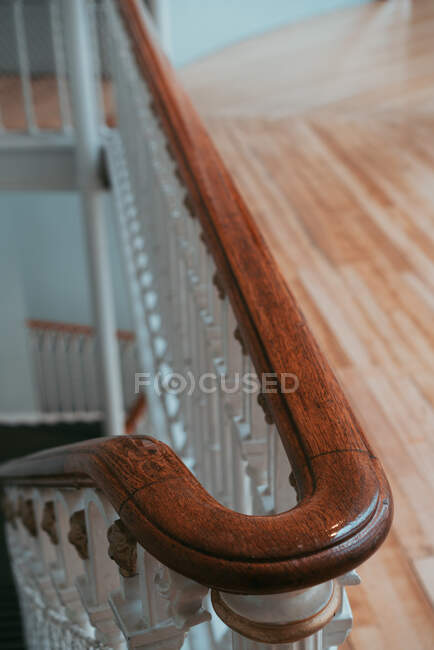 Shiny curved fence of stairway with wooden railings in house, Scotland — Stock Photo