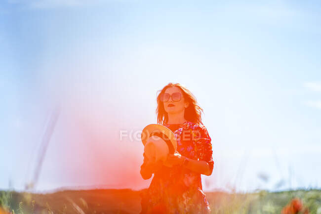 Lady standing in field — Stock Photo