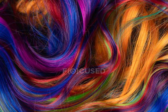 Fundo de multicolorido vibrante cabelos macios fechaduras na bagunça — Fotografia de Stock