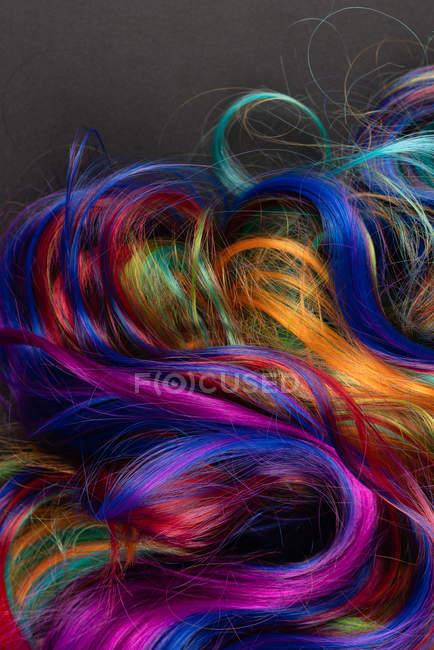 Sfondo di multicolore vibrante capelli molli si blocca in disordine — Foto stock