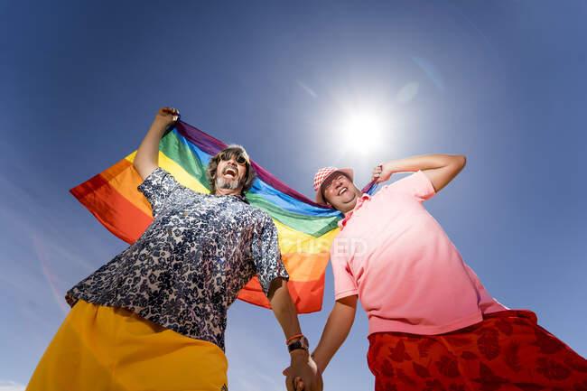 Зачарована пара ґеїв у пустелі. — стокове фото