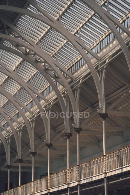 Удивительный хрустальный потолок парниковой архитектуры с прекрасными колоннами — стоковое фото