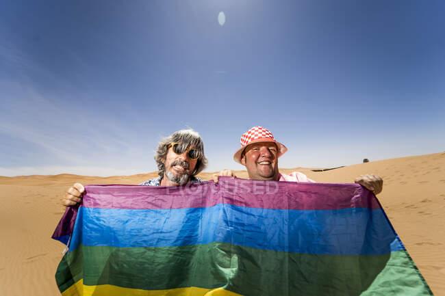 Волнующая пухлая гей-пара в пустыне — стоковое фото