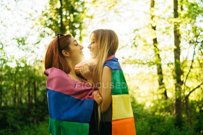 Веселые женщины с флагом Lga в природе — стоковое фото