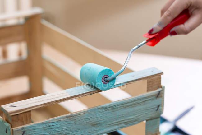 Крупним планом жіночої ручної роботи дерев'яна коробка в блакитному кольорі з роликом — стокове фото