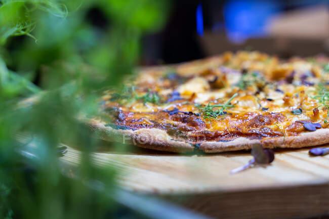 Gekochte italienische Käsepizza aus dem Ofen auf Schneidebrett — Stockfoto