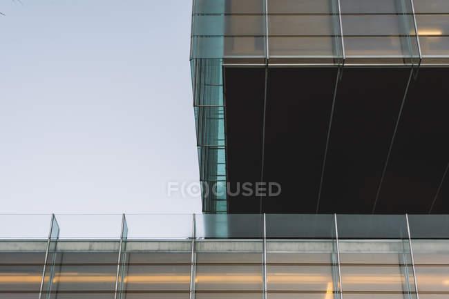 Вечером из-под стеклянных стен небоскреба — стоковое фото