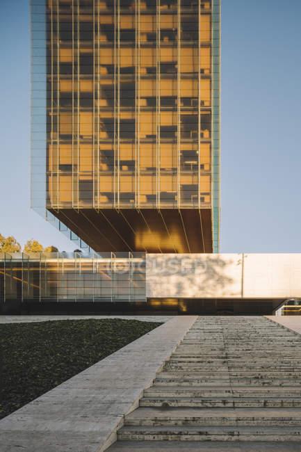 Стильний скляний хмарочос, що відбиває сонце в світлий день в центрі міста — стокове фото