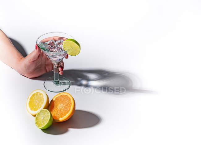 Sombras contrastantes de óculos de suculento apetitoso laranja vermelho bebidas verdes amarelas no fundo branco — Fotografia de Stock